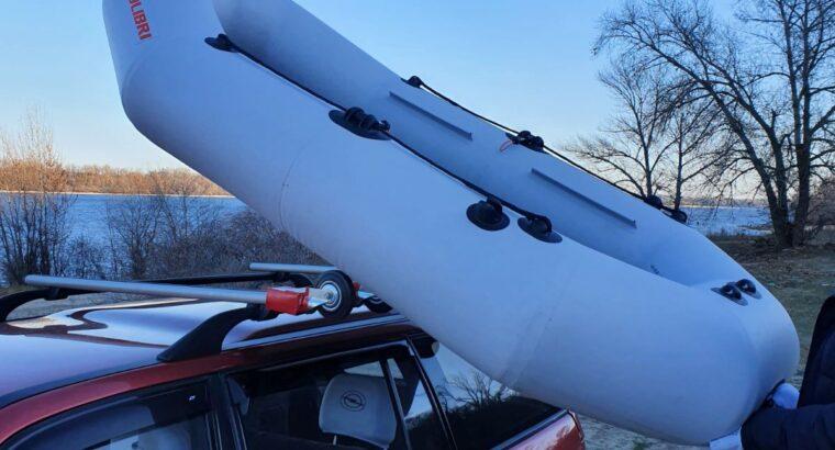 Пристрій для підняття надувних човнів на дах автомобіля.