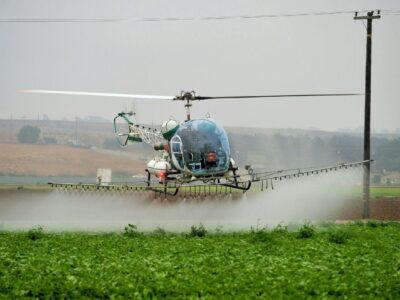 Обробка полів вертольотами дельтапланами літаками дронами