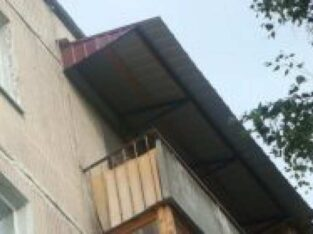 Кровельщики. Ремонт козырька и крыши балкона.